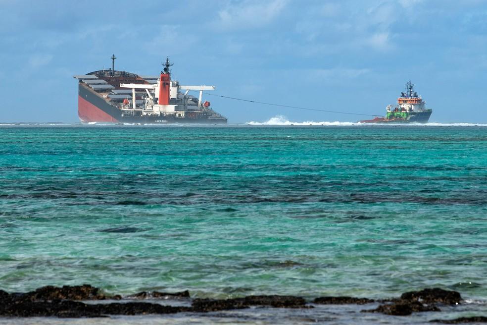 O navio MV Wakashio é visto perto do Blue Bay Marine Park, nas Ilhas Maurício, no sábado (15)