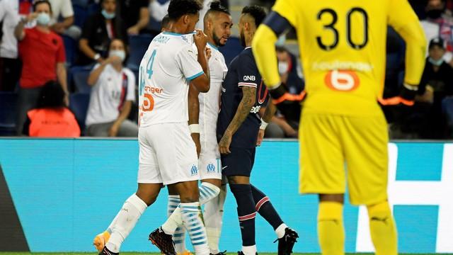 Neymar discute com Payet no primeiro tempo: clássico foi tenso do início ao fim