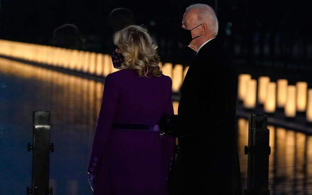 Joe e Jill Biden observam luzes do memorial em homenagem às vítimas da Covid-19 nos EUA, em Washington DC, na terça-feira (19)