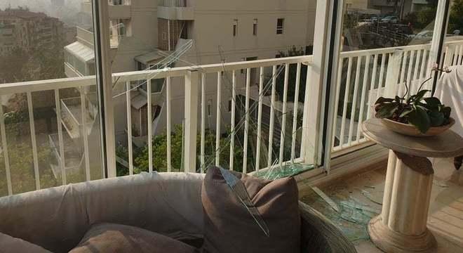Vidros estilhaçados no apartamento de Rebekkah, em Beirute