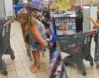 Mulher tira calcinha e usa como 'máscara' em supermercado; veja vídeo