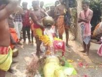 Parentes não levam cadáver a crematório e tentam ressuscitar indiano em ritual; vídeo