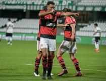 Flamengo vence o Coritiba no Couto Pereira e leva vantagem para o Rio