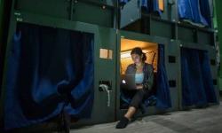 Atrás do sonho de virar artistas, americanos moram em cápsulas em Los Angeles