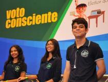 Estudantes da rede pública participam de evento que incentiva o voto consciente