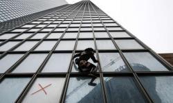 'Homem-Aranha francês' escala 48 andares em apoio a protesto. Veja vídeo