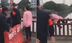Chinesa sem máscara barrada em bloqueio contra coronavírus pula de ponte