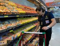 Procon-AM notifica supermercado e apreende mais de 20 quilos de produtos com validade vencida