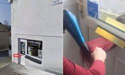 Cabeleireiras atendem clientes por buraco de correspondência na porta do salão