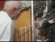 Vídeo: Filho se veste de soldado para manter pai dentro de casa