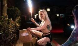 Com boate fechada durante quarentena, strippers viram entregadoras
