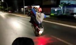 Vídeo: Motoqueiro malabarista termina no asfalto
