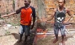 Vídeo: Dupla acusada de roubos em comunidade recebe 'corretivo' de populares