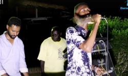 Morcego invade live e persegue cantor no Sudão; veja vídeo