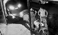 DEU RUIM! Homem tenta assaltar entregador e acaba atropelado por carro; veja vídeo