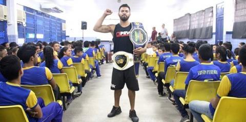 Lutador de MMA Taffarel Brasil emociona alunos de escola municipal com palestra motivacional