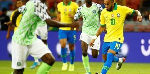 Neymar sente lesão e deixa Brasil x Nigéria com apenas 11 minutos. Veja vídeo