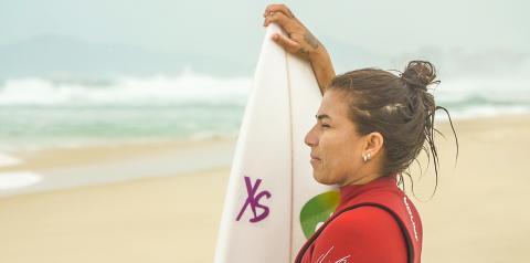 Marca de bebida energética chega ao Brasil e patrocina surfista eleita 8 vezes a melhor do País