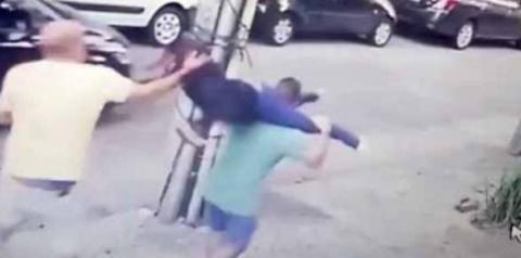 Vídeos: imagens mostram médica sendo carregada e levando socos de homem