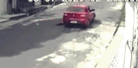 Vídeo: idosa é arrastada por carro durante tentativa de assalto em Manaus