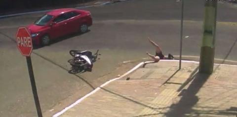Motociclista é arremessada em bueiro no Pará e motorista foge; veja vídeo