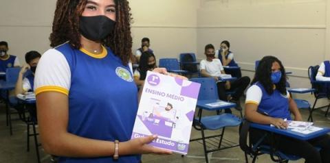 Alunos da rede estadual recebem Guia de Estudos impresso para auxiliar no retorno às aulas presenciais