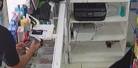 Vídeo: Atendente de farmácia desmaia durante assalto e bandidos fazem a limpa
