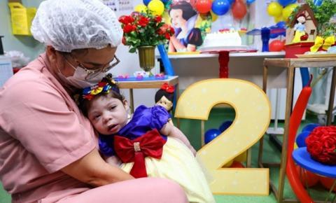 Criança deixa hospital no dia do aniversário após dois anos de internação