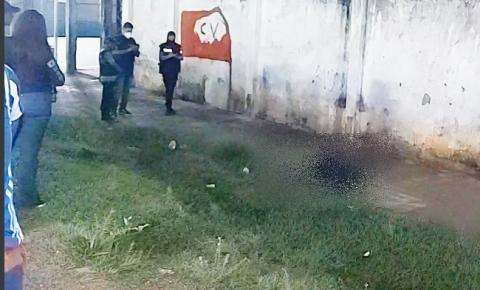 Jovem é morto a tiros em campo de futebol na Compensa