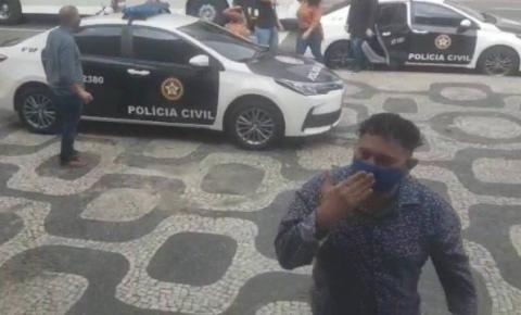 Acusado de estelionato com mais de cem passagens pela polícia debocha de vítimas ao chegar a delegacia; vídeo