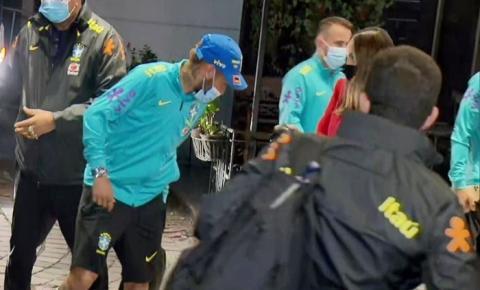 Fãs de Neymar furam bloqueio de seguranças e