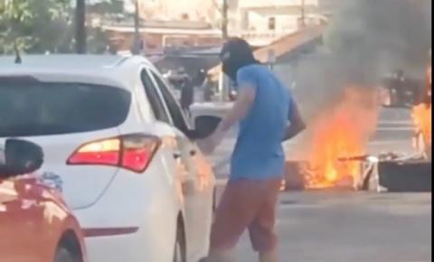 URGENTE! Criminosos bloqueiam ruas e intimidam motoristas na Compensa; vídeo