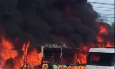 FAKE! Prefeitura de Manaus esclarece polêmica com ônibus destruído pelo fogo na manhã desta quinta-feira (10); vídeo