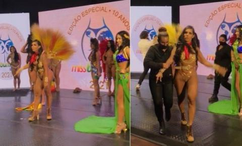 Barraco no Miss Bumbum: candidata derrotada arranca faixa da campeã no palco: 'roubado!'; veja vídeo
