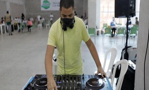 DJ que anima o mutirão Vacina Amazonas aproveita para se imunizar