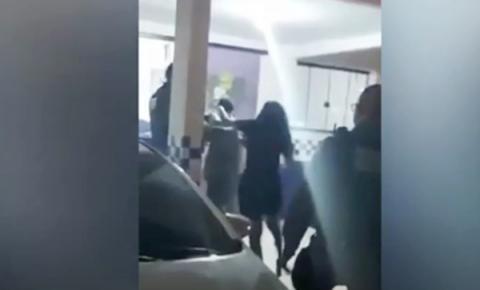 Vídeo: na delegacia, mãe bate em filho que sequestrou motorista de app