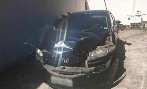 Homem usa caminhão para destruir carro da esposa após briga; vídeo