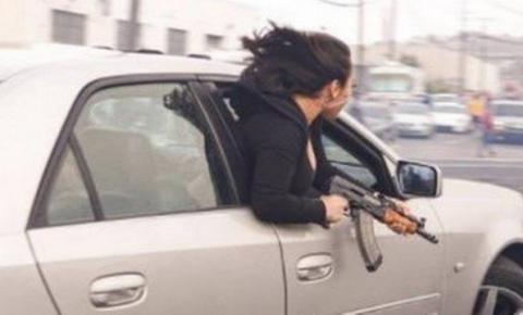 Mulher é flagrada se exibindo com AK-47 pela janela de carro nos EUA
