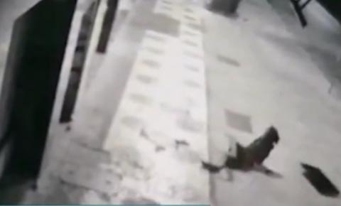 Ladrão 'atrapalhado' cai do 2º andar de prédio de cara no chão; vídeo