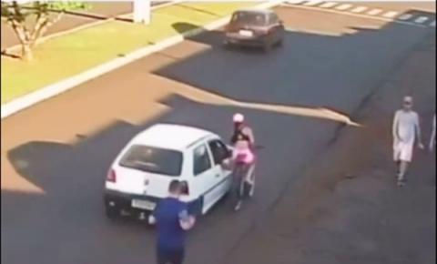 Estudante é assediada, cai de bicicleta e quase é atropelada; veja vídeo