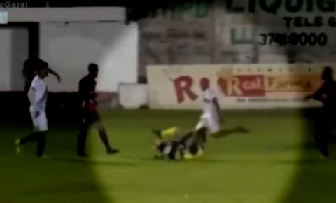 Jogador de futebol é preso após chutar cabeça de árbitro no RS; vaja vídeo