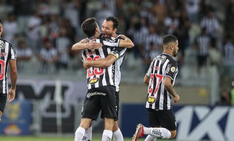 Atlético-MG vira sobre o Santos e segue disparado em 1º; vídeo