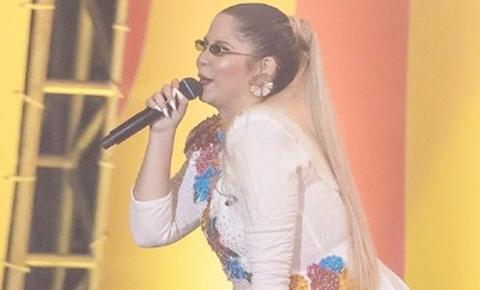 Marília Mendonça ajuda a varrer local de show após cantar. Veja vídeo!