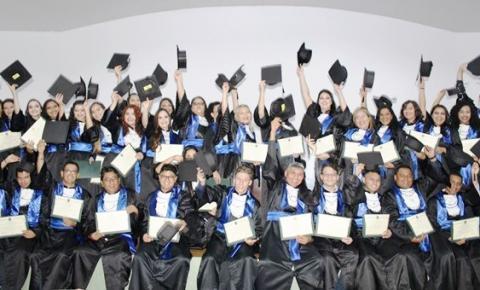 Mais de 60 bacharéis em Administração colam grau na Faculdade de Estudos Sociais (FES)