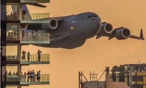 Aviões passam entre prédios e assustam moradores na Austrália