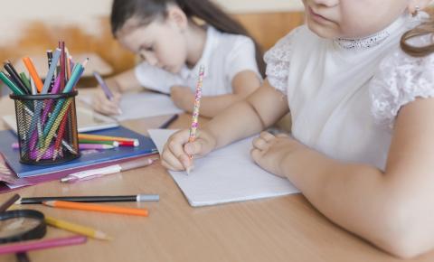 Escrita à mão desenvolve funções psicomotoras das crianças