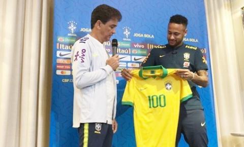 Neymar recebe camisa comemorativa aos 100 jogos na Seleção e admite ter 'tratamento diferente'