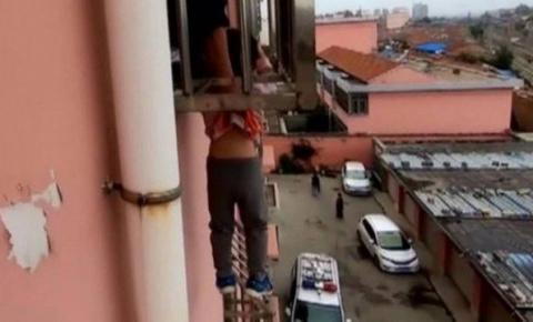 Vídeo: Menino de quatro anos cai de janela e fica pendurado pelo pescoço na China