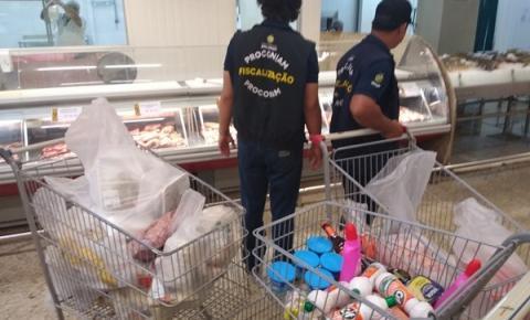 Fiscais do Procon-AM apreendem mais de 120 quilos de produtos irregulares em supermercado de Manaus