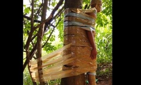 Jovem é amarrado em árvore com fita adesiva dos pés à cabeça em BH